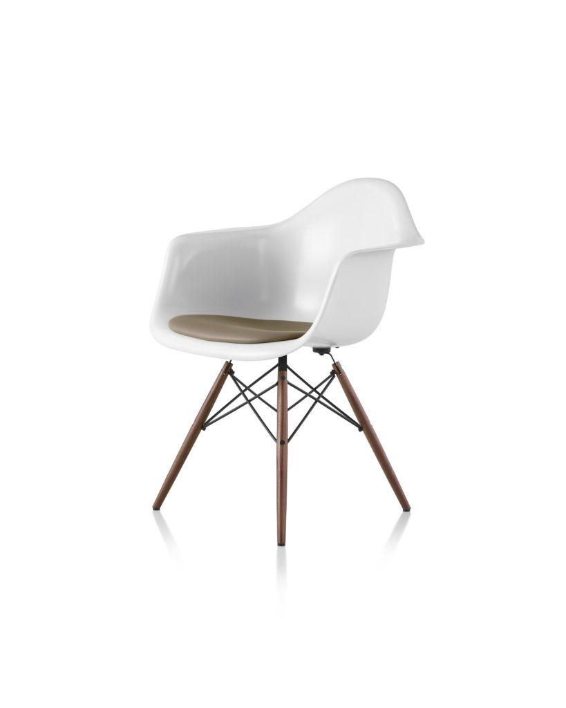 Eames 木质底座带软包坐垫玻璃纤维扶手椅