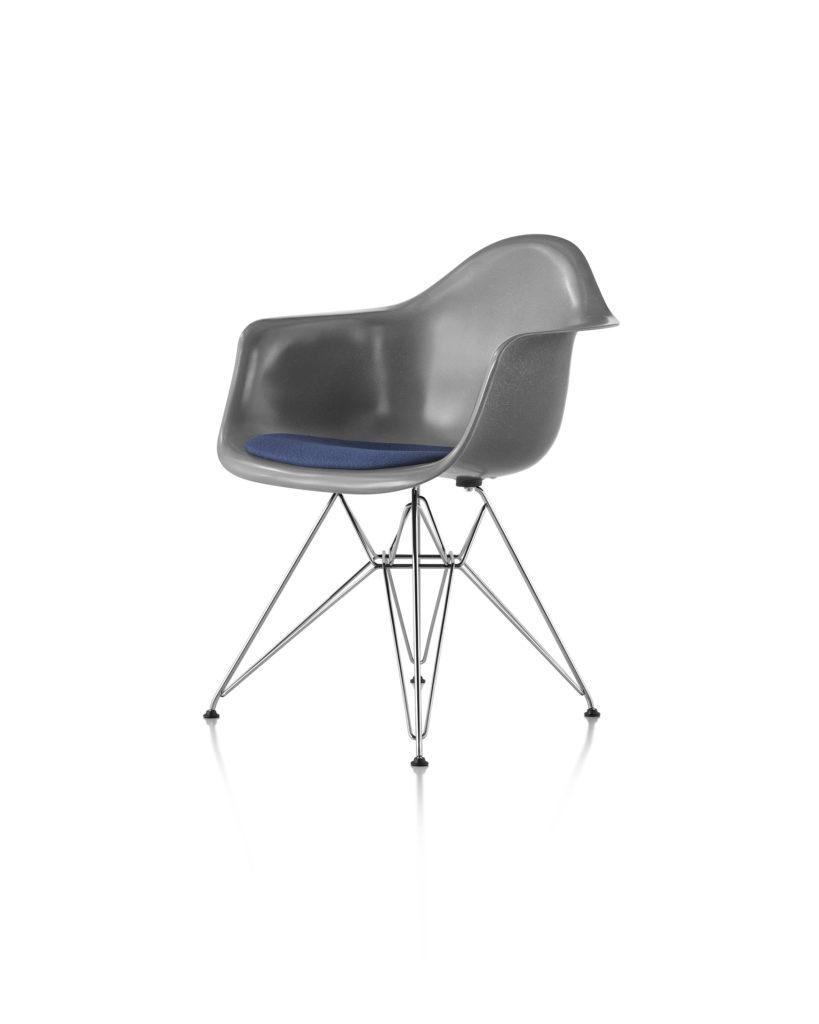 Eames 金属底座带软包坐垫玻璃纤维扶手椅