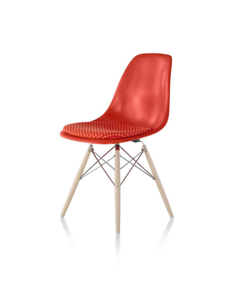 Eames 木质底座带软包坐垫玻璃纤维单椅