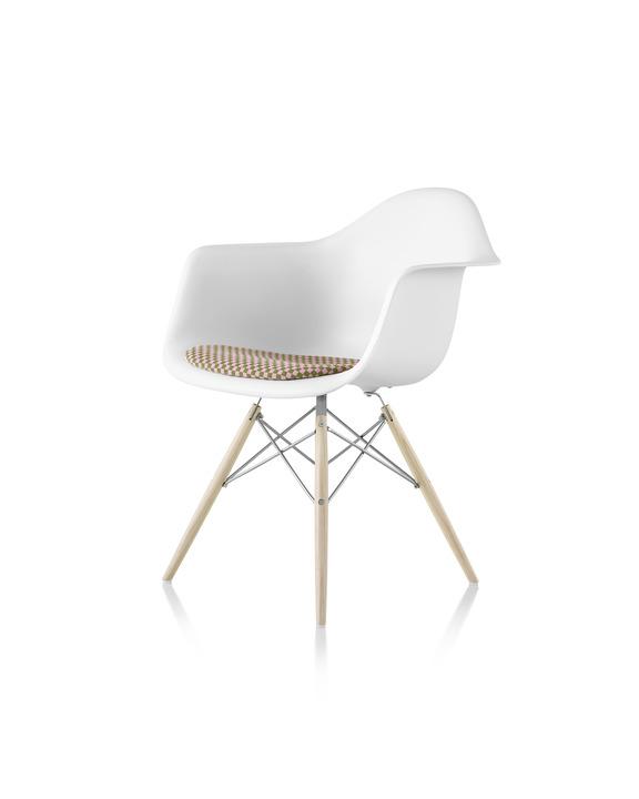Eames 木质底座带软包坐垫塑壳扶手椅