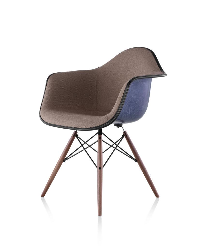 Eames 木质底座正面软包玻璃纤维扶手椅