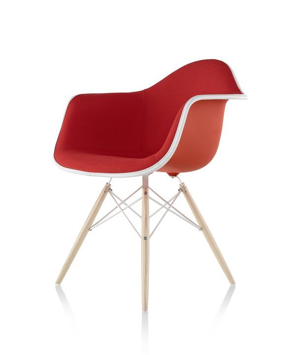 Eames 木质底座正面软包塑壳扶手椅